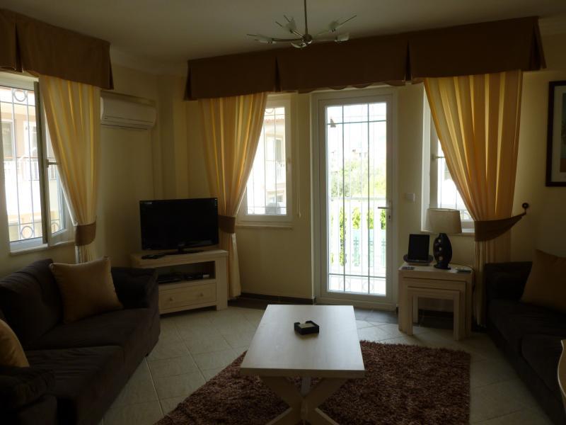 Principale aprire piano salotto, satellite tv, lettore dvd e ipod/ipad docker. Porta balcone.