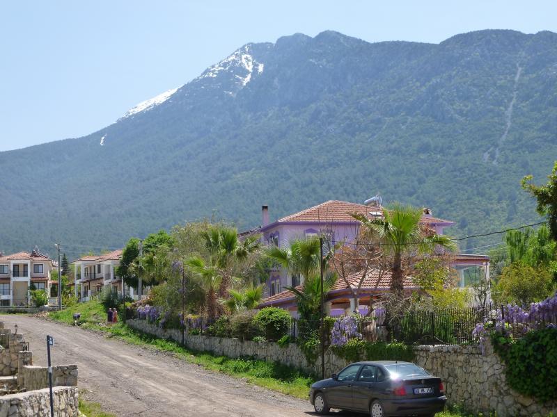 Il magnifica 6500ft Mt Babadag, scattata nell'aprile 2012, con la neve, e prima che la strada è stata asfaltata.