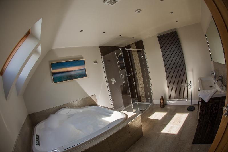 Master en suite bathroom in the Cottage