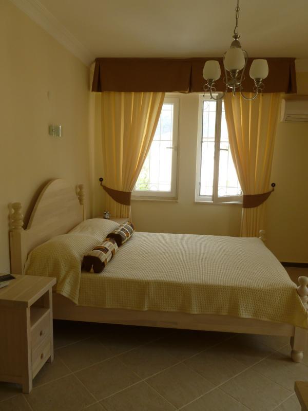 Master camera da letto con letto matrimoniale, bagno con doccia bagno e balcone.
