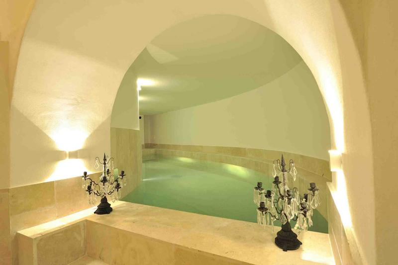 Interior climatizada piscina (10 m.), cascada, hidromasaje, cromoterapia, baño turco, duchas, baño de 2