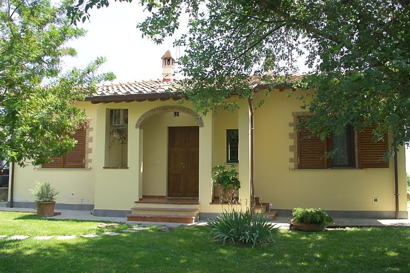 CHARMING COTTAGE NEAR CORTONA, GARDEN, DINING PATIO, OLIVE GROVE, AC,WiFI, vacation rental in Castroncello