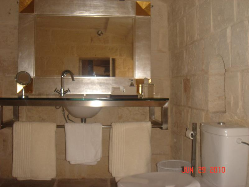 Guest Full Bathroom en-Suite with shower)