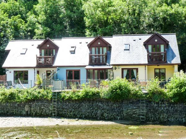 WATERSIDE COTTAGE, en-suite bathrooms, garden overlooking river, patio with, holiday rental in St Issey