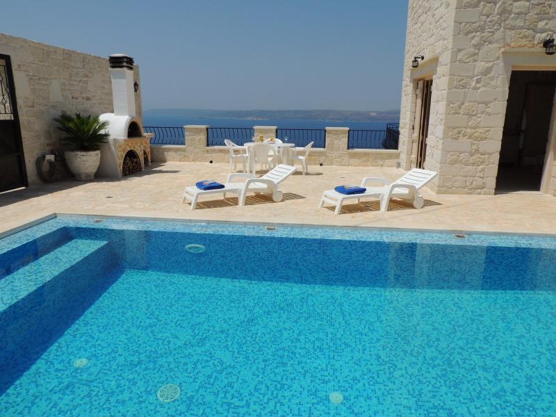 Villa Athina-Pool mit integrierten Sitz und Meerblick