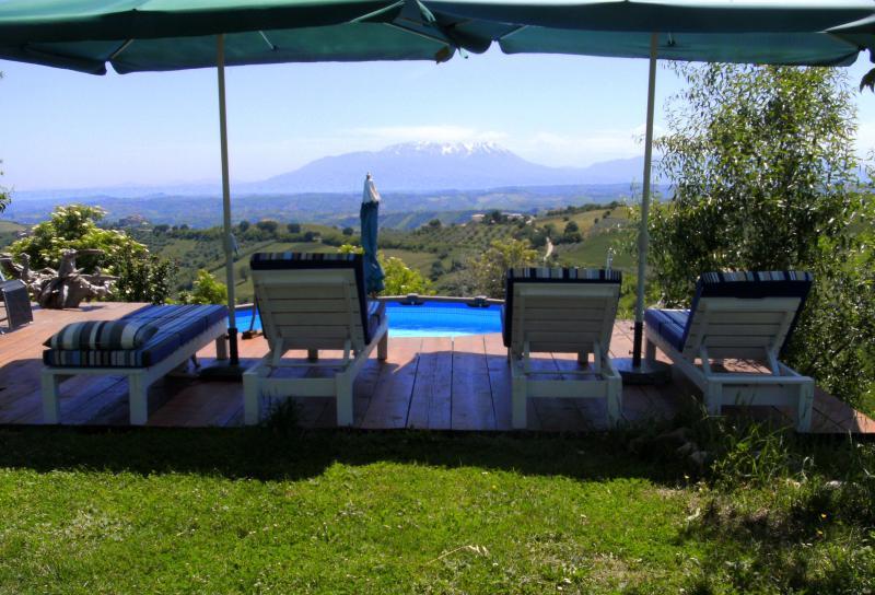 Relaxbereich mit Blick auf das Majellagebirge