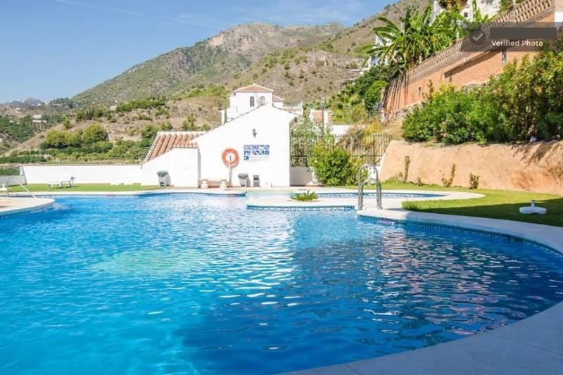 Gran piscina con hamacas, hidromasaje, vestuarios, duchas. En esta piscina da el sol todo el día.