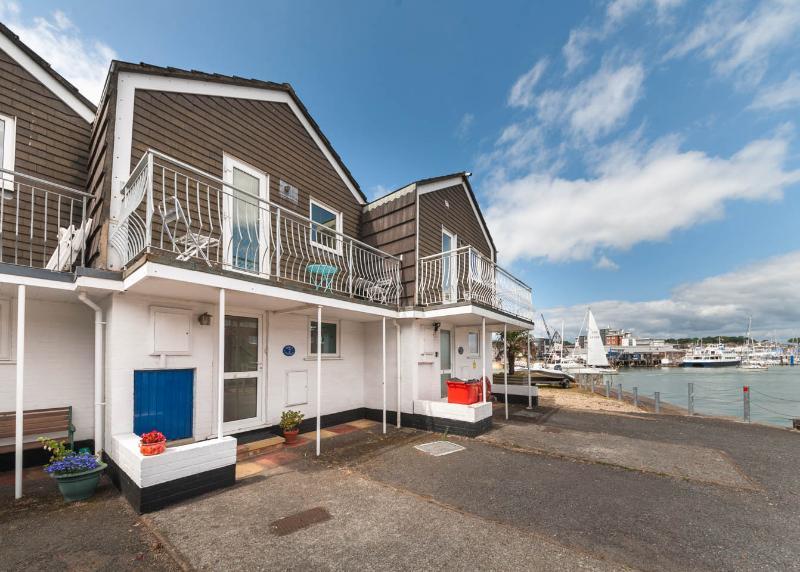 Waterfront Property - Aisla Cottage, Sea Views East Cowes: easy walk from ferry, aluguéis de temporada em East Cowes