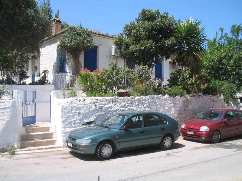 Redecorated old house by the sea. Reduced rates ., alquiler vacacional en Grecia Occidental