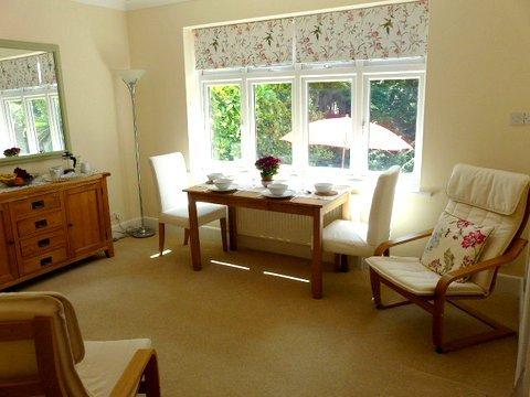 BOURNECOAST: Beautifully presented BUNGALOW with LOG CABIN in the garden- HB5757, aluguéis de temporada em West Parley
