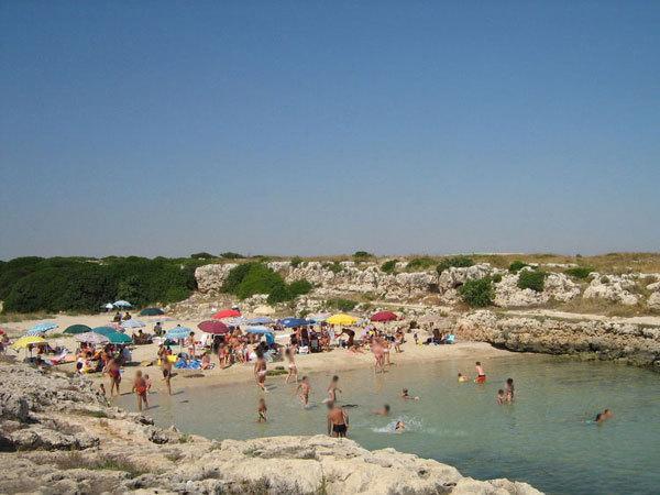 Spiaggia-caletta ( tipica attrazione  balneare  di Monopoli )