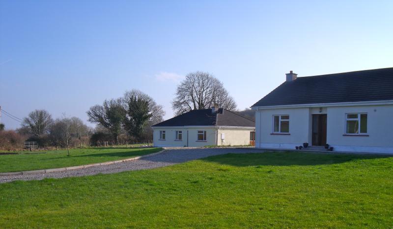 BlackBerry e Primrose Cottage impostata su 1,5 ettari. Anteriore individuali e giardini sul retro + vialetto.