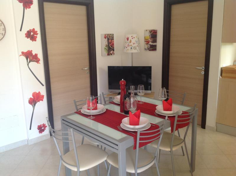 Dining room with extendable table for up to 8 guests
