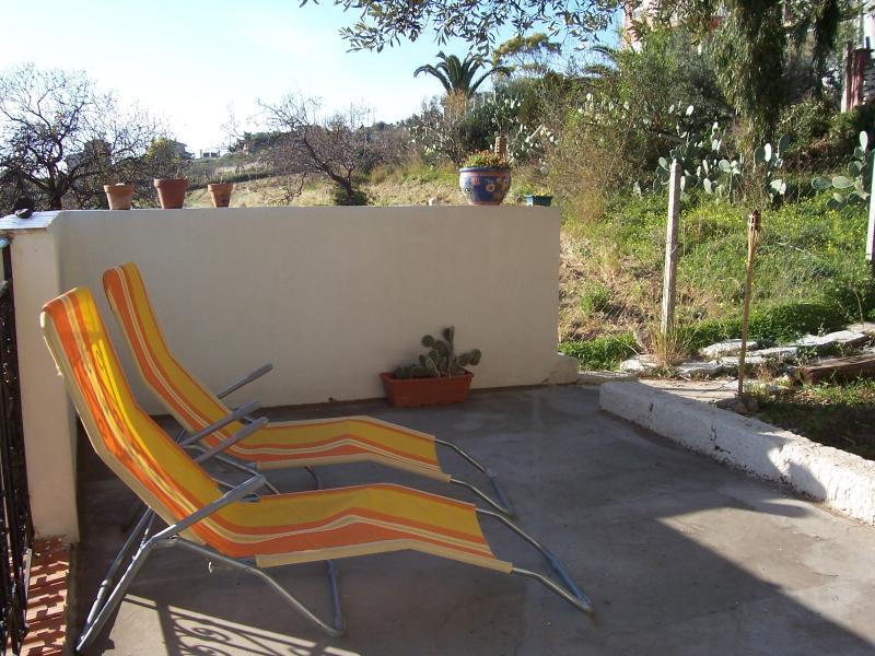 Terrazza in giardino in campagna con vista mare, con secolare ulivo