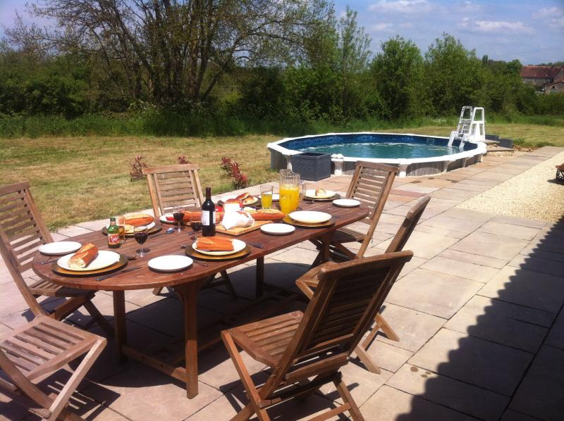 Alfresco Dining and pool fun, in glorious, spacious grounds
