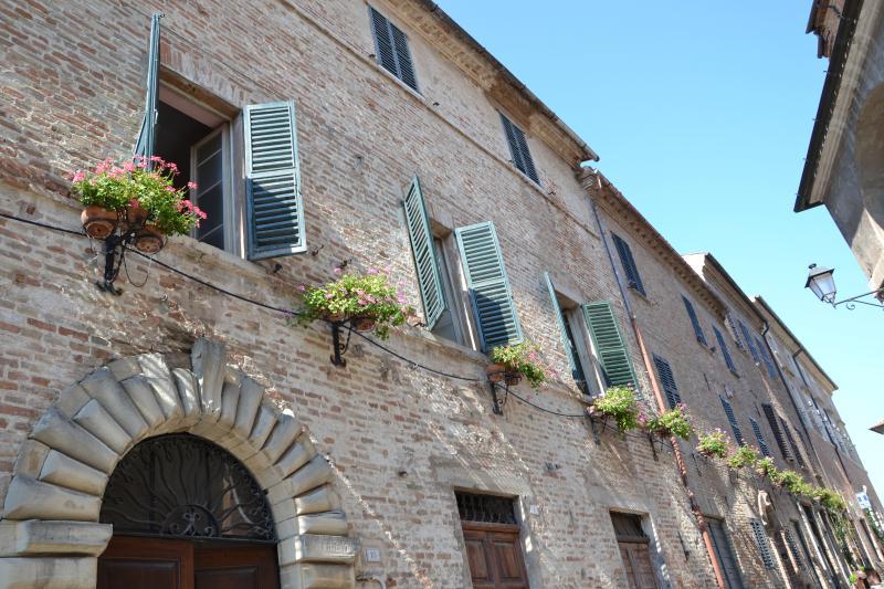 antico palazzo nel borgo storico di  Mondavio, holiday rental in Mondavio