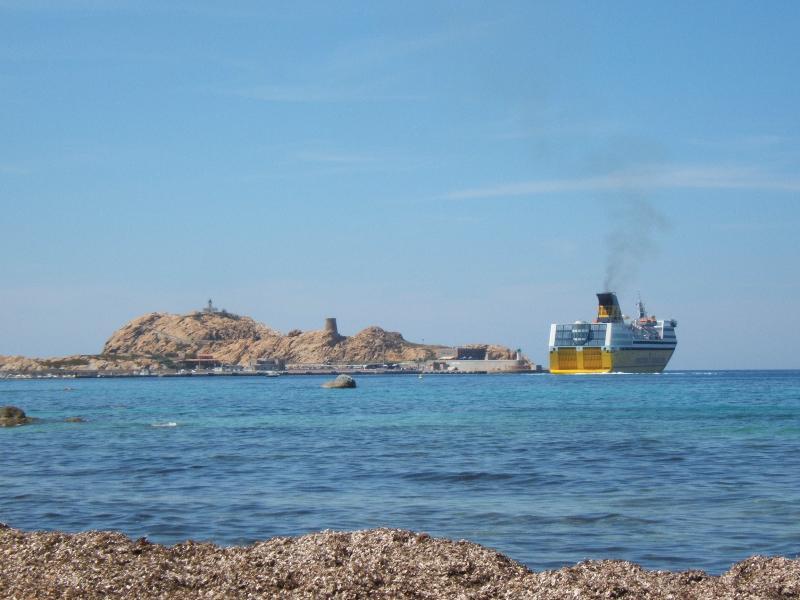 Le port arrivée des bateaux- l'appart dans la villa est 6 mn
