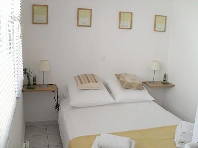 Chambre confortable avec armoire équipée et salle de bains