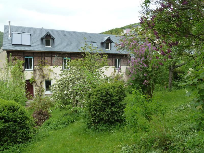 La maison, vue du jardin. Panneaux solaires thermiques