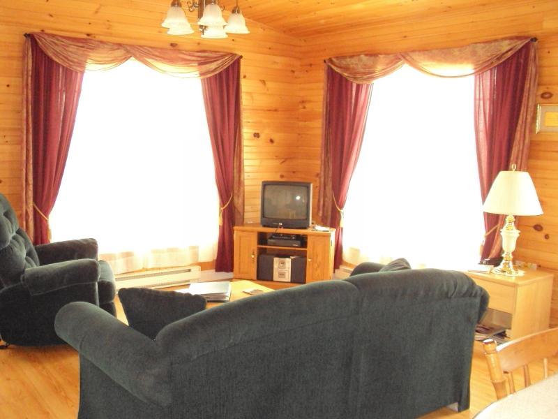 Cottage 3 soggiorno adiacente alla cucina due porte esterne su entrambi i lati di finestre delle camere di vita