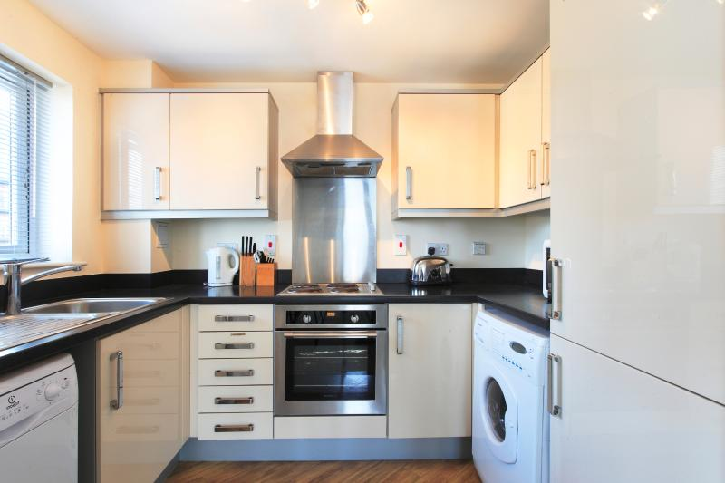 Apt 19 Fully Equipped Kitchen With Dishwasher, Washer/Dryer, Fridge/Freezer and Microwave
