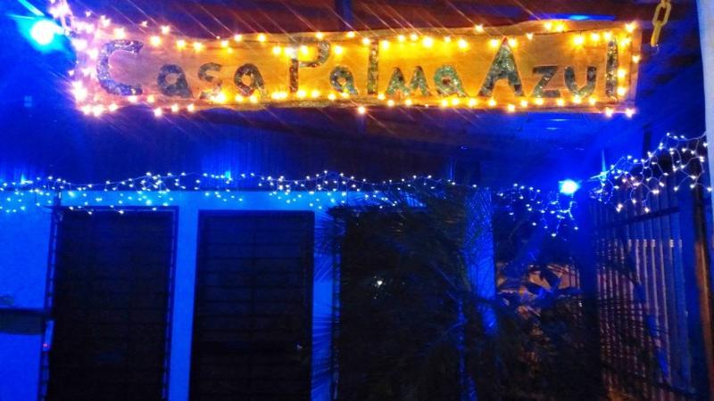 Entrada principal a la Palma de la Casa Azul en la noche
