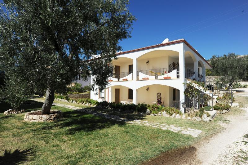 Case Vacanze l'Uliveto appartamento trilocale 6 posti a soli 150 metri dal mare, alquiler de vacaciones en Mattinata