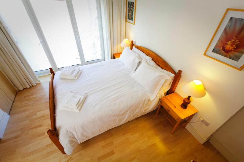 Kingsize bed with pocket sprung mattress