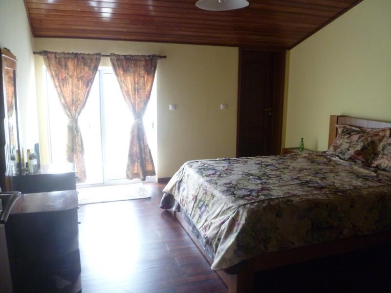 Dormitorio principal con baño y puerta corredera a un balcón