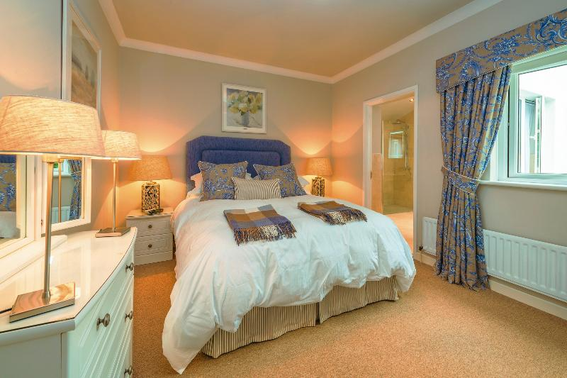 The Linen Room (Master Bedroom), King-size bed with en suite and views of Belfast Lough - May Lodge