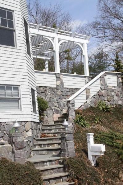 Stone stappen om onze Pergola bedekt pation