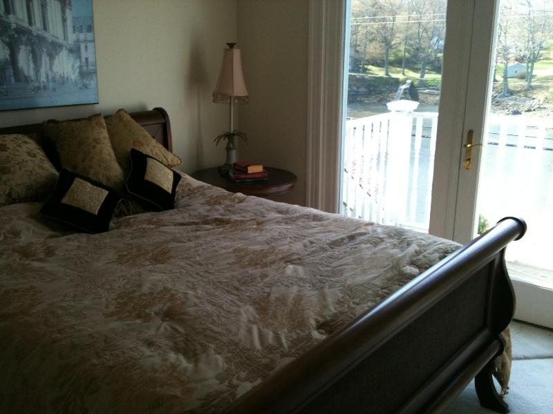 Slaapkamer met uitzicht op de privé dek en water