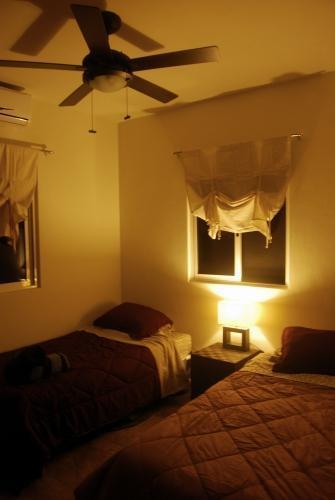 Chambre lits jumeaux/King pendant la nuit