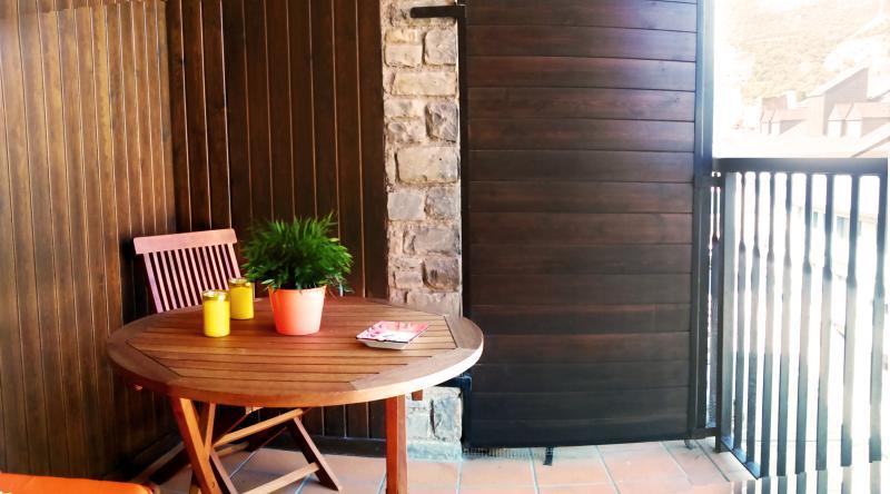 Apartamento de 4 dormitorios e, vacation rental in Province of Lleida
