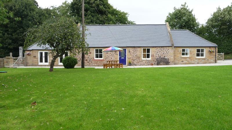 The Old Smithy Kelso, detached 3 Bedroom Cottage  private off road parking, en suite facilaties
