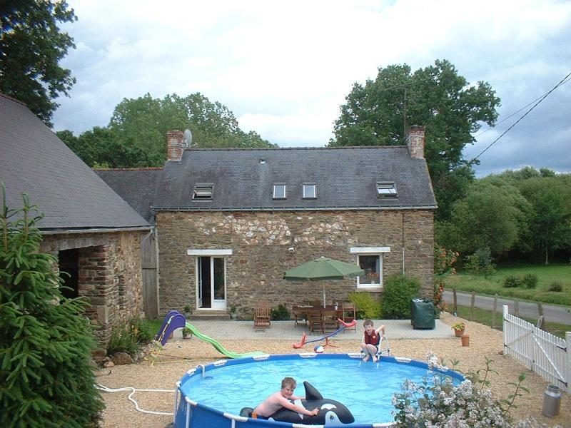 Les Vallees Gite, traditional Brittany Farmhouse, location de vacances à Lanouée