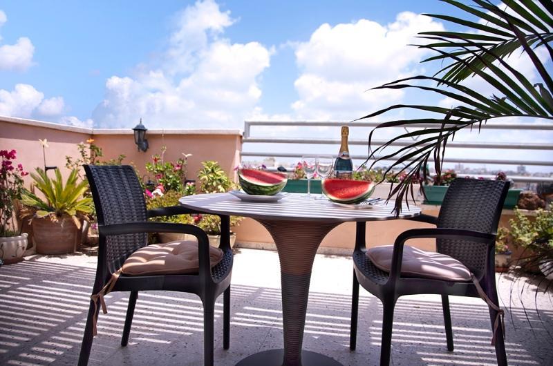 2 rooms penthouse near sea, location de vacances à Bat Yam