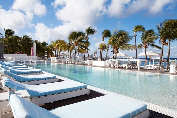 Relax at Mambo Beach, at the beach or in the pool