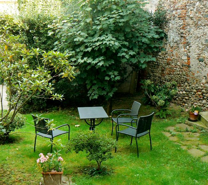 Garden corner for lunch