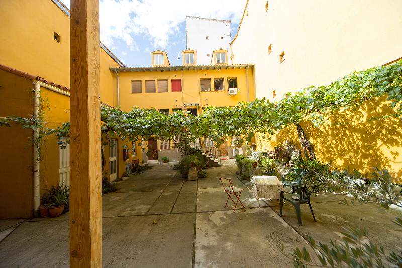 Architect's Gem with Green Patio, WiFi and Tour, holiday rental in Madrid