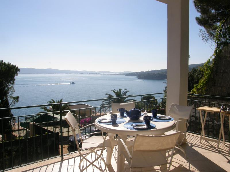 Terrasse panoramique - vue sur Porto S.Stefano port et la côte du sud de la Toscane