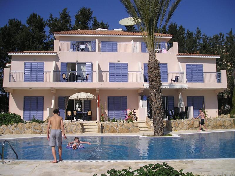 PARADISE VILLA, 3 bedrooms, roof terrace, pool, TV with UK channels, free Wi-Fi, Ferienwohnung in Paphos