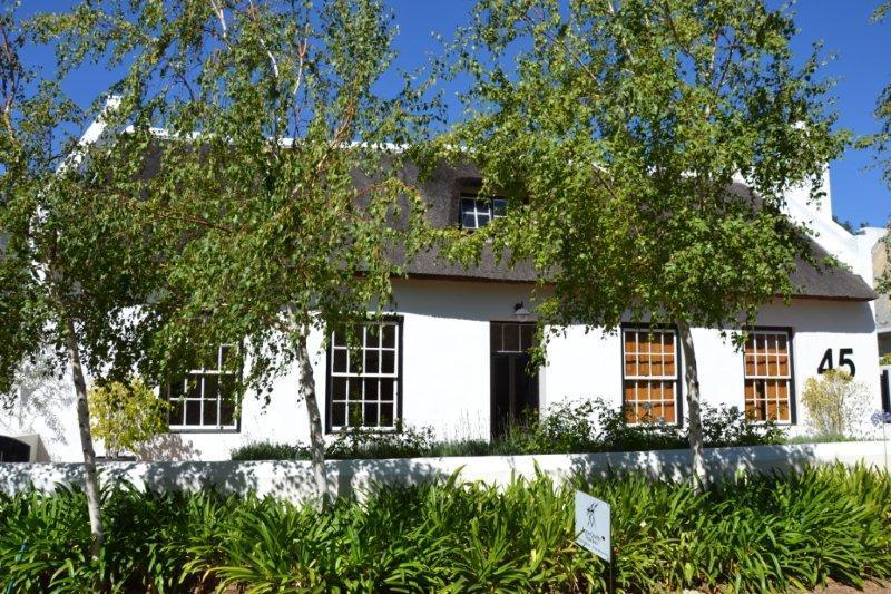 La Petite France: Luxury thatched cottage with pool and garden, alquiler de vacaciones en Franschhoek