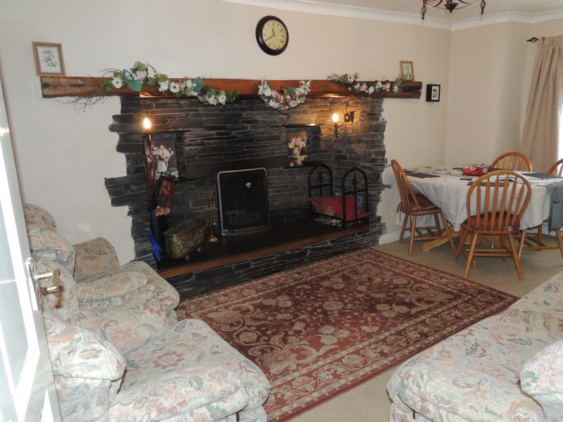 17th Century cottage. Quiet rural village. Cosy living room with fireplace.