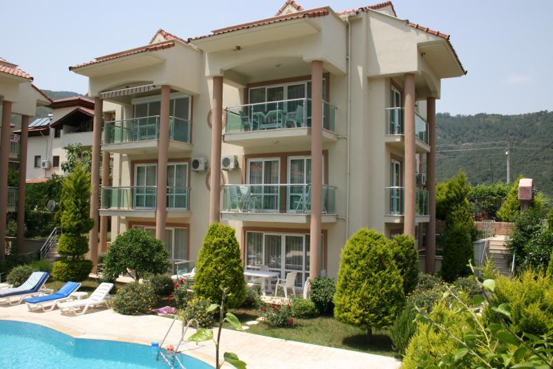 luxury 2 bed apartment on popular small complex great location