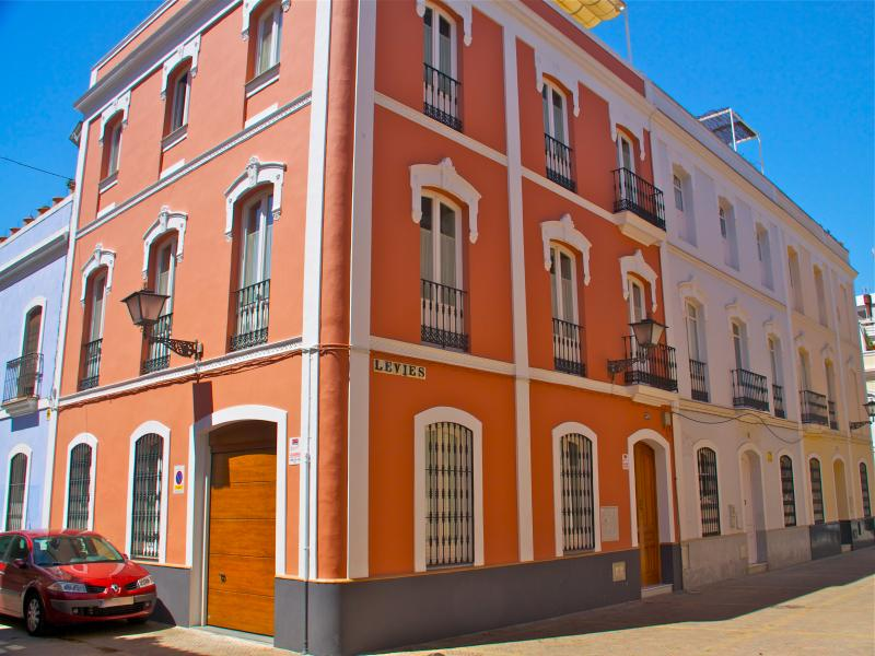 Characterful corner house with private garage in the heart of the ancient Jewish quarter of Seville