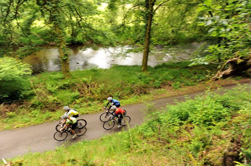 El personal visitante Cycling Weekly explorar un carril cerca de Tarr Steps on Exmoor