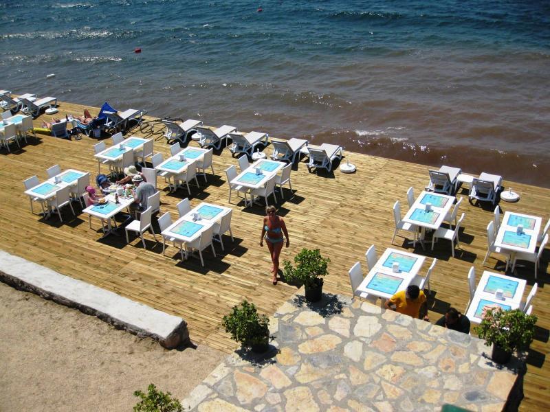 Parte de la zona de comedor playa privada complejos