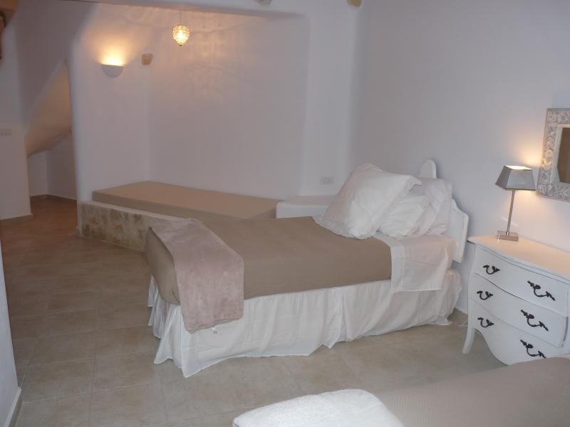 Lower ground floor twin bedroom plus traditional island sofa ( single bed if required)
