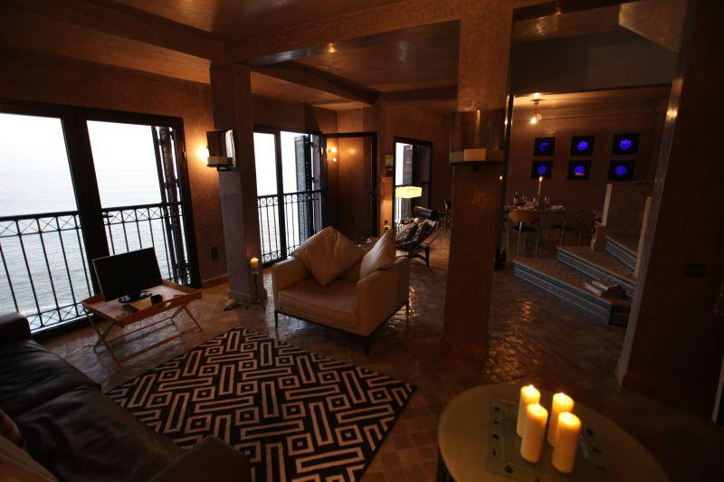 Lounge und Essbereich bei Sonnenuntergang